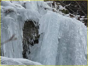 Photo: cascade du saut du Gier. Bloc de glace instable