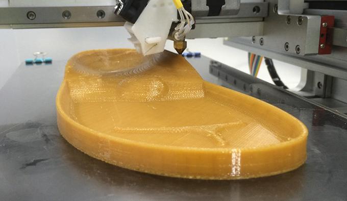 Пользовательский процесс изготовления сандалий начинается с полноразмерной 3D-печатной подошвы