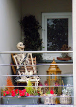 Photo: Au balcon, un rien l'habille