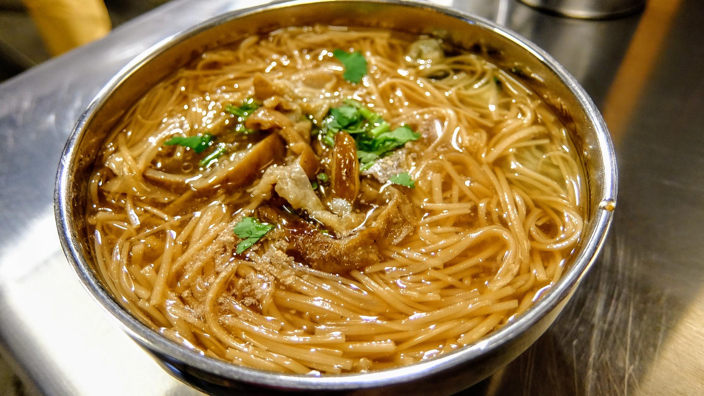 大腸麵線,這是小碗的,其實還蠻多的啊! 上頭有滷過的大腸,裡頭有裹粉的蛤仔..