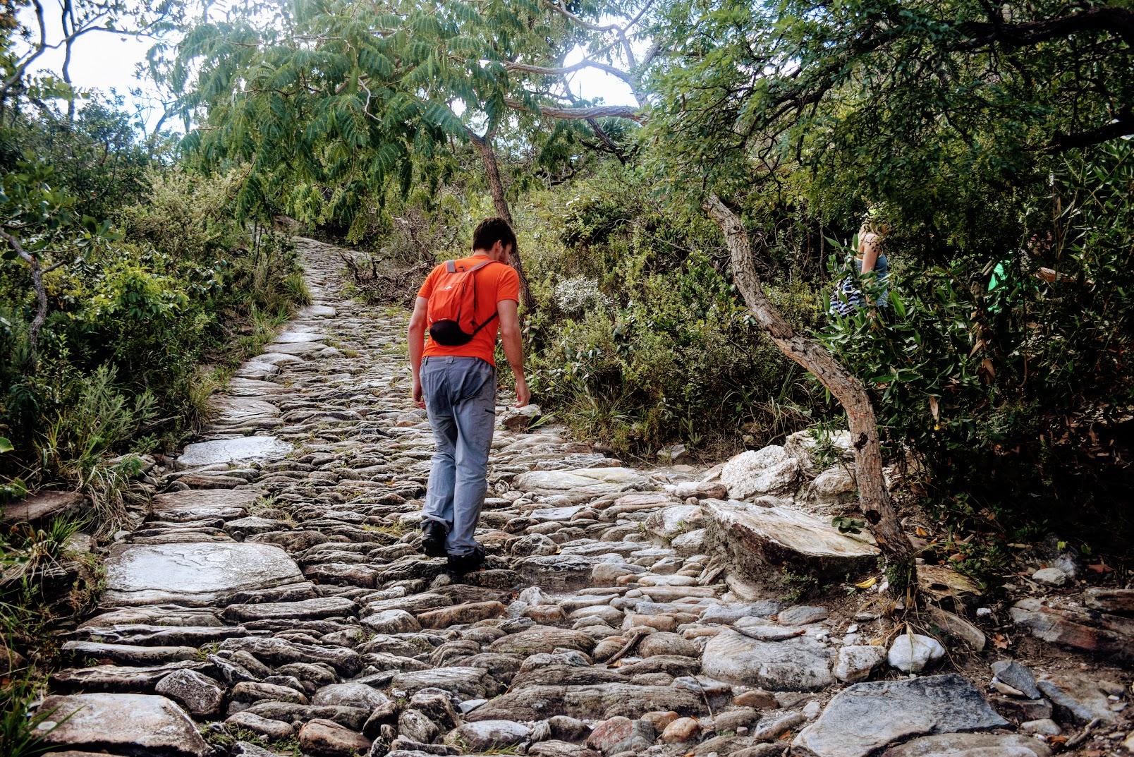 Na Trilha dos Escravos, pegar uma saída à direita para chegar no topo da Cachoeira Véu da Noiva