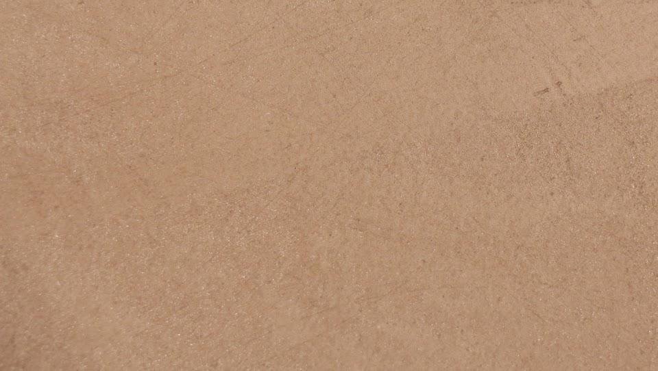 beton-marron-enduit-decoratif-a-poser-soi-meme-avec-taloche-en-inoxe-pour-realiser-un-sol-en-beton-cire-couleur-marron-clair