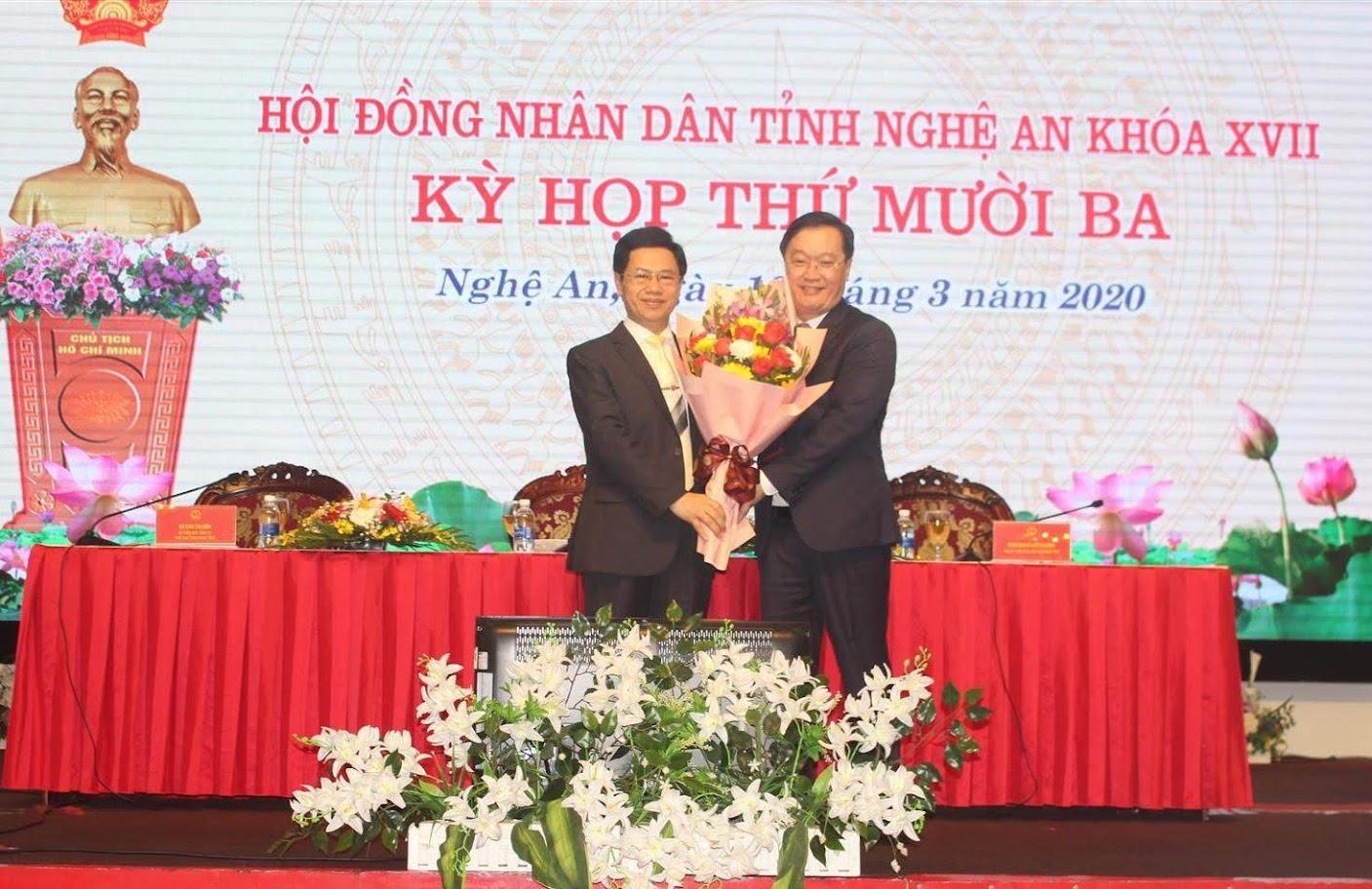 Ông Nguyễn Xuân Sơn, Phó Bí thư Tỉnh ủy, Chủ tịch HĐND tỉnh tặng hoa chúc mừng ông Nguyễn Đức Trung.