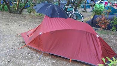 Photo: 25e Dag, zondag 9 augustus 2009 Florance (rustdag) Temp. maximum: 37 graden, Wind: Bfr, Windrichting: Weerbeeld: warm, zonnig Dag afstand: 15,5 km Tijd: 2:00:38 uur, Gemiddelde: 7,7 km Totaal gereden: 1809 km .Camping bij Forance. Tent met paraplui
