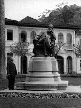 Photo: Praça D. Pedro. Estátua de D. Pedro II. Atualmente, o espaço ao fundo abriga o Edifício Arcádia. Foto do início do século XX