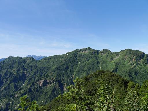 笈ヶ岳(右)と仙人窟岳(右)、奥に白山