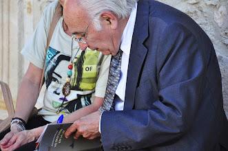 Photo: Francisco Brines firmando libros