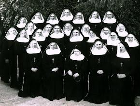 Photo: La Madre y las primeras Hnas.