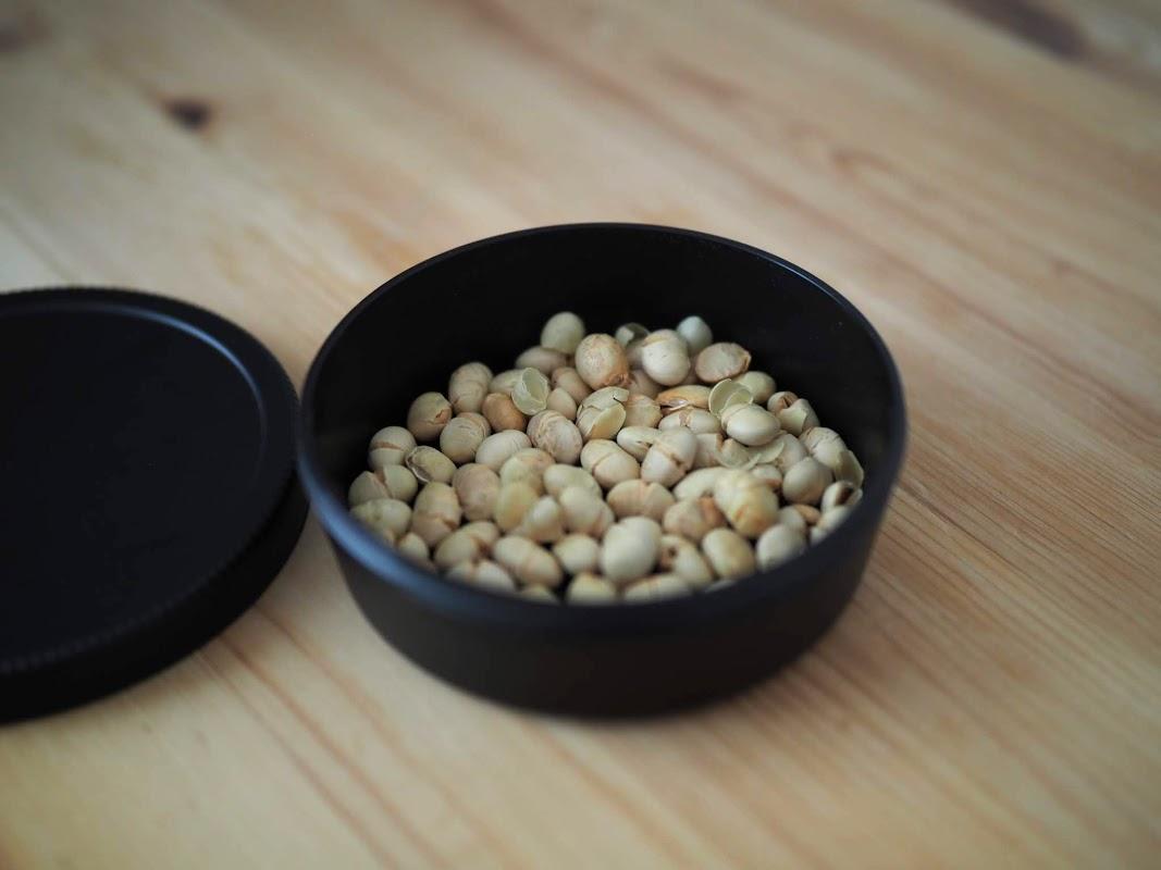 煎り大豆を入れる