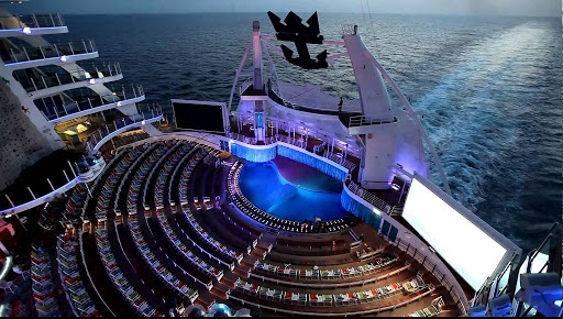 oasis-of-the-seas-aqua-theater - Watch extravagant stage productions in the AquaTheater on Harmony of the Seas.