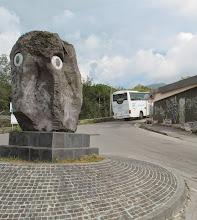 Photo: It.s5ITL108-141007Vésuve, volcanique... sculpture en lave, tête, rond-point,  retour, descente bus  IMG_5500