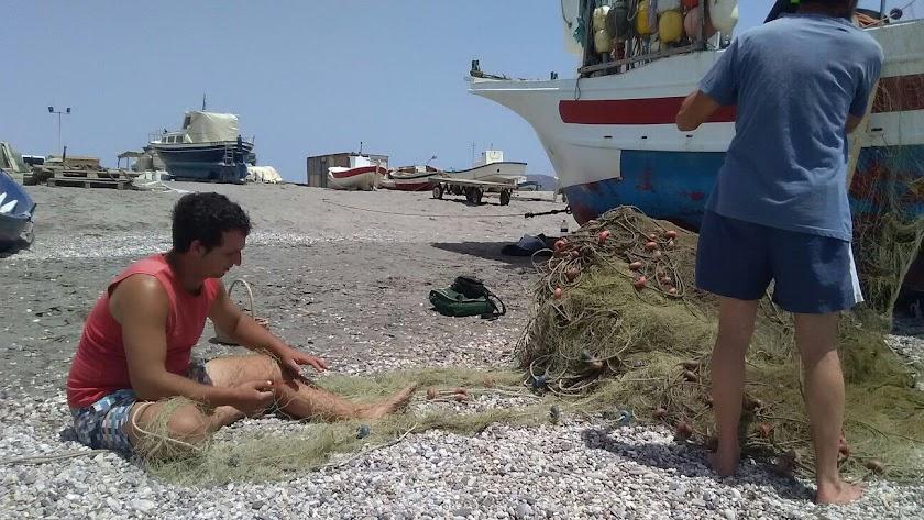 Pescadores  del Cabo de Gata arreglando redes de trasmallos con los que se capturan sobre todo salmonetes y también  jibias.