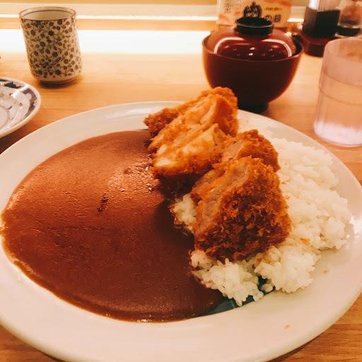 咖哩豬排套餐 有里肌、腰內、草蝦綜合豬排 有附味增湯跟冰水 小菜也滿好吃的