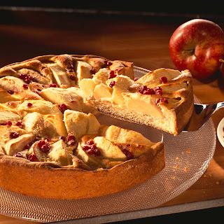 Apfelkuchen mit Sahne-Preiselbeer-Guss