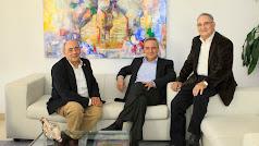 Los tres hermanos Cosentino: José, Francisco y Eduardo, en la sede de Cantoria.