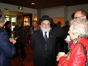 Photo: Opperrabbijn Jacobs met rechts Marja Hene, nabestaande van de families Van Straten (achternichtje van Jeanette van Straten- Blijdenstein).