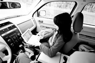 Photo: Aquí tenemos a Anabel mirando el Facebook esperando para hacer el checking en el Ferry, para luego entrar.
