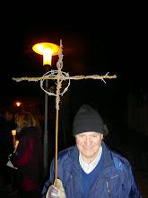 Photo: Altmesner Hans trägt das Kreuz
