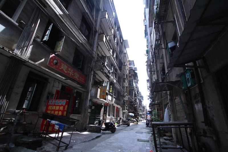 赤い文字の「共産党スローガン」が町中に溢れる、中国南部・王林の路地裏を歩いてみた