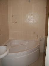 Photo: La baignoire de la salle de bain.