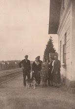 Photo: 1949 ROK. Przed budynkiem stacji kolejowej w Rogoźniku.  Zdjęcie udostępnione prze P.Ewe Aksamit.