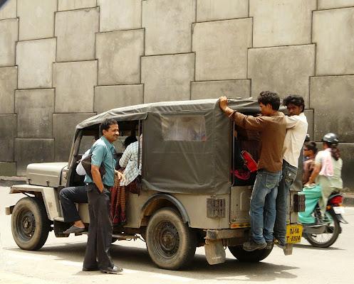In India si viaggia anche così ... di MLT
