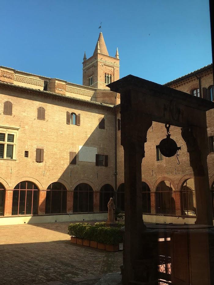 Monte Oliveto Maggiore, Choistro Grande met de waterput en het beeld van Benedictus
