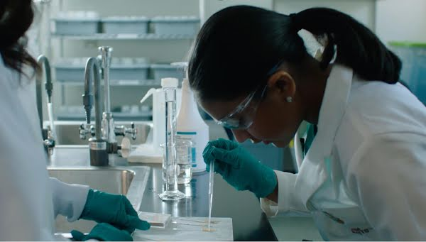 Gitanjali Rao working in the lab with scientist Selene Hernandez Ruiz.
