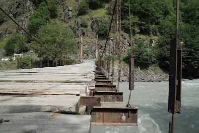 Doppel-T-Träger + massive Holzbretter + ein paar starke Seile = Brücke.