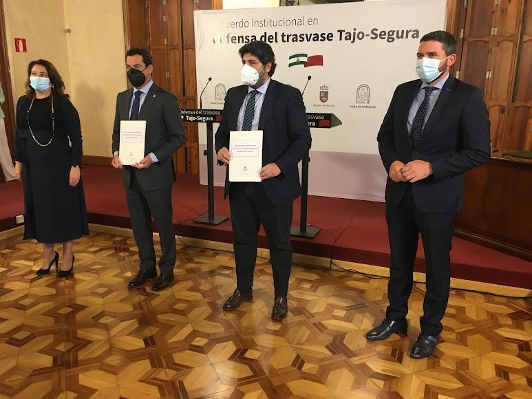 Los presidentes con sus consejeros tras el encuentro en Almería.