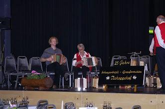 Photo: Auch  s'Trio Simon-Marliese-Markus üben noch ihr Vortragsstück: Bannertreue für die Kindertanzgruppe