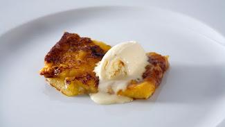 Torrija caramelizada con helado de vainilla.
