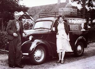 Photo: Jan Rozenveld en zijn dochter Geesje. Geesje hielp dagelijks mee in zijn bakkerij te Eexterzandvoort. In 1960 is hij samen gaan werken met de bakkers in Eext, De Centrale Bakkerij.