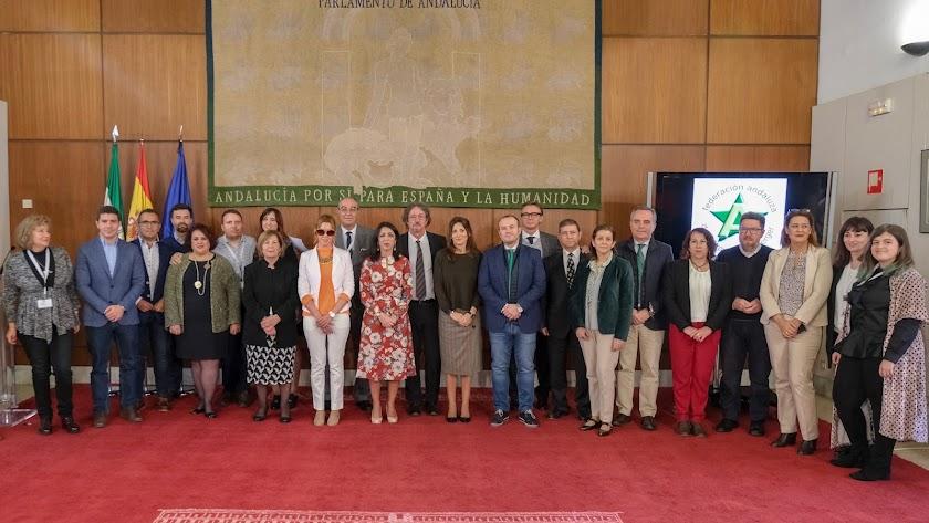 Foto de familia de la presidenta del Parlamento, con diputados y miembros de las asociaciones