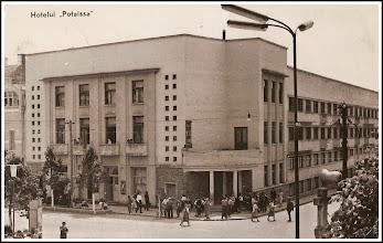 """Photo: 1955 -  sursa foto Fan Turda https://www.facebook.com/fanturda/photos/a.418600274855900.90257.416939068355354/681546448561280/?type=3&theater si: https://imaginivechi.wordpress.com/2010/04/16/institutii/  Hotelul Potaissa din Turda. In dreapta jos se vede marea cruce de piatră pe locul original, multată ulterior pe cealaltă parte a Bisericii Romano-Catolice, unde se află şi în prezent, dar unde nu mai simbolizează nimic. Pe locul original marca parcela pe care au fost reîngropate osemintele celor din cimitirul de lȃngă biserică. - sursa Facebook R.C.  https://www.facebook.com/photo.php?fbid=1883649881948490&set=a.1461038877542928.1073741826.100009104908756&type=3&theater  OBS: -  """"In dieta din Turda tinuta la 1561 se proclama libertatea religioasa pentru toti care traiau pe pamantul Ardealului, afara de Romani. Crucea de piatra din piata este ridicata in amintirea acestui eveniment"""" sursa info: Petru Suciu - Judetul Turda, pag.13 https://photos.google.com/share/AF1QipPYr24rmkcGytDl1nmOfsteNVLi5K4--JYAMzkNjfZE7efN5lfowwJ2Z5Fzgo--9g/photo/AF1QipNjSaKB3AroiDeUDEzSmX5XynTyFuPVt2-QMiTj?key=NGs1c0ZXbFM1RUFEcDJGbHc0Y3UwLXM3Y2ZlWC1R"""