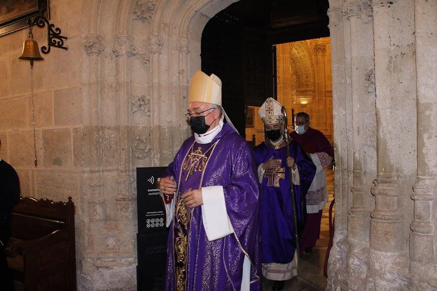 El obispo Antonio Gómez Cantero saliendo de la Sacristía Mayor de la Catedral de la Encarnación.