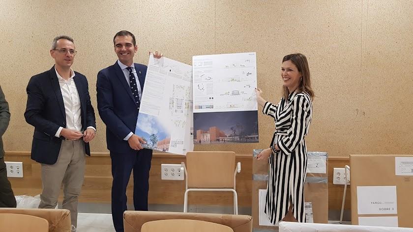 Ramón Fernández-Pachecho y Ana Martínez Labella desprecintan uno de los proyectos que concursan.