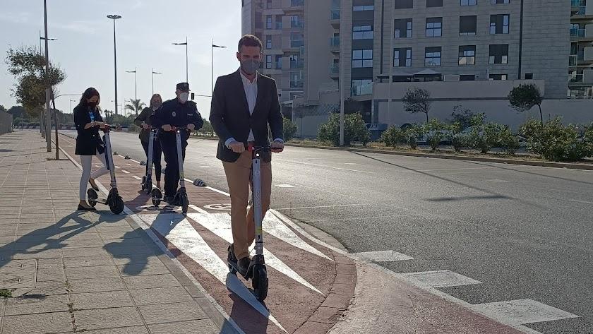 El alcalde de Almería, Ramón Fernández-Pacheco, en patinete eléctrico