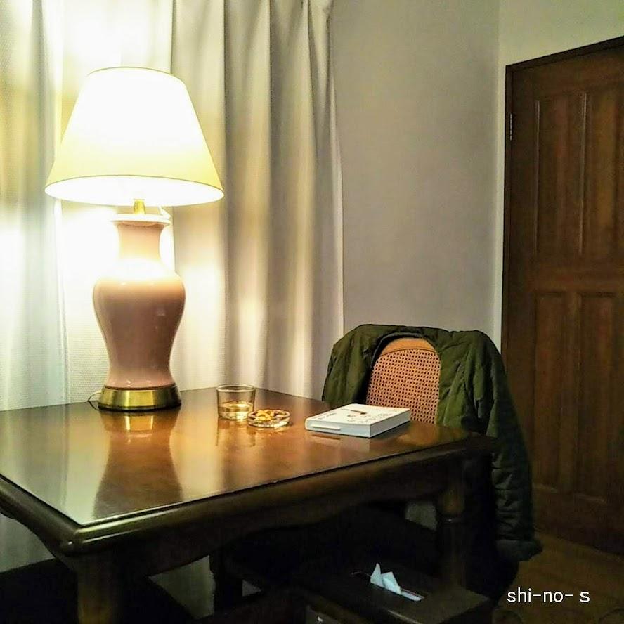 ダイニングテーブル上のランプを、近くで