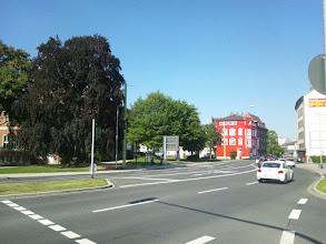 Photo: Die Villa Post versteckt sich im Sommer gerne - dagegen zeigt das andere Bauwerk nun seine rot-weiße Pracht.