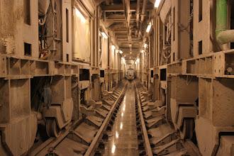 Photo: Det færdige rør, men set inde i den arbejdskolonne (= arbejdstog), der kører på det brede spor lige efter Nora. Smalsporet med mandskabsvogn i baggrunden er til transport af afgravet materiale den ene vej og tunnelelementer den anden vej.