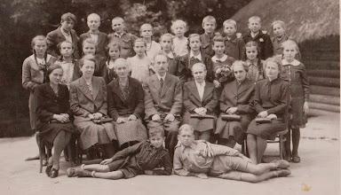 Photo: W środkowym szeregu 4-ta z lewej Genowefa Aksamit ( z warkoczami )  Zdjęcie udostępnione prze P.Ewe Aksamit.