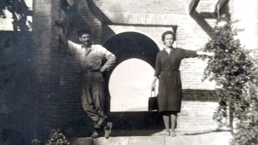 Indalecio en la Alcazaba, junto a su tía Luisa que vino de Francia.