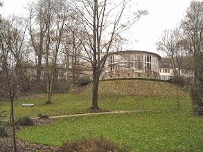 Photo: Das (noch) neue Parkhaus vom Schwanenteich aus gesehen.