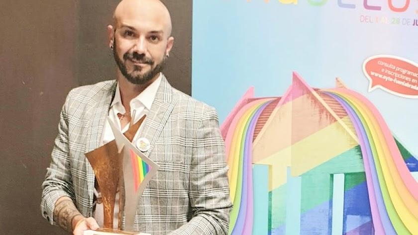 El diseñador almeriense Sergi Regal con su galardón de los Premios Fuenla Entiende LGTB.