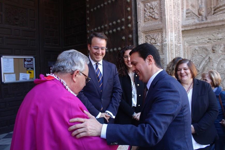 El consiliario recibiendo al presidente de la Diputación.