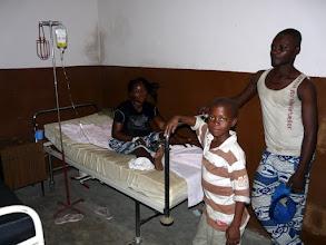 Photo: perfusée pour crise de paludisme, maladie la plus meurtrière au monde
