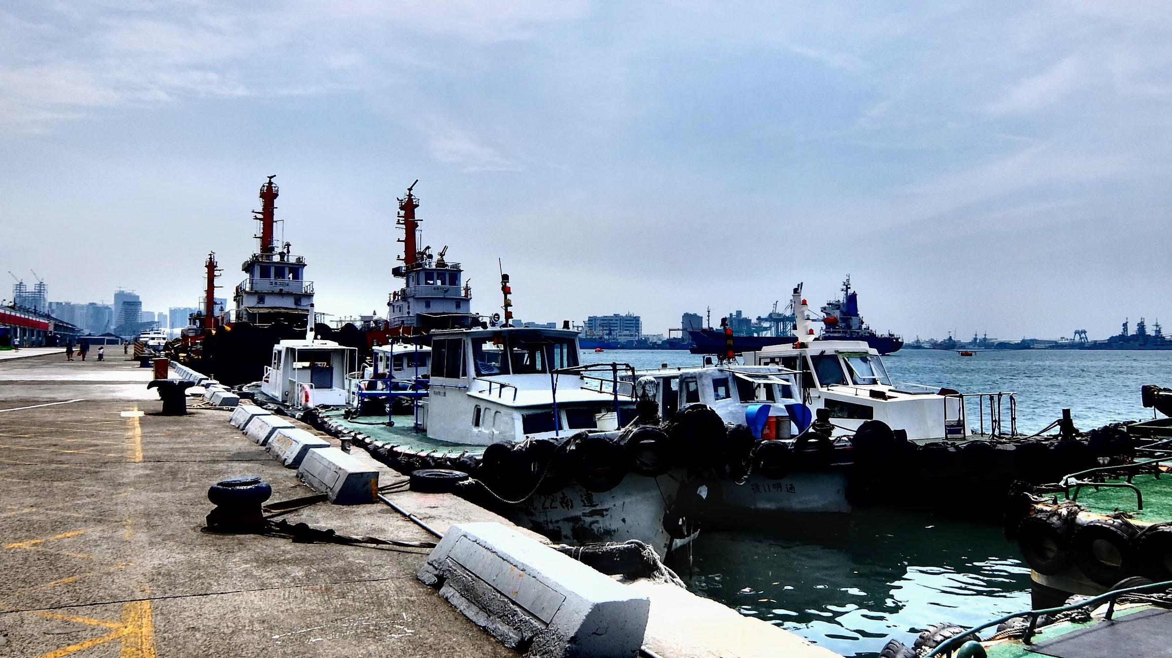 有一側停滿了漁船