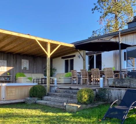 Buiten lounge bij het vakantiehuis Les Auges te Heure in de Belgische Ardennen