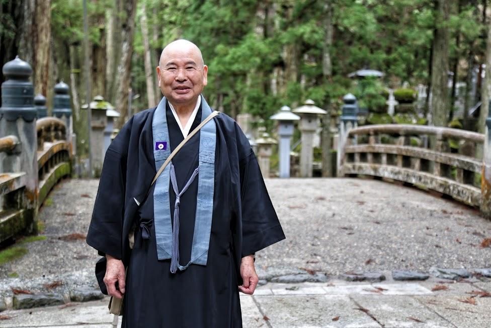Koyasan, cmentarz Okunoin, mnich